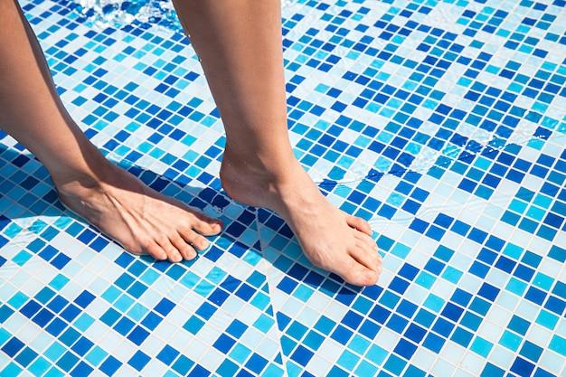 Ogólny widok kobiet nogi w basenie