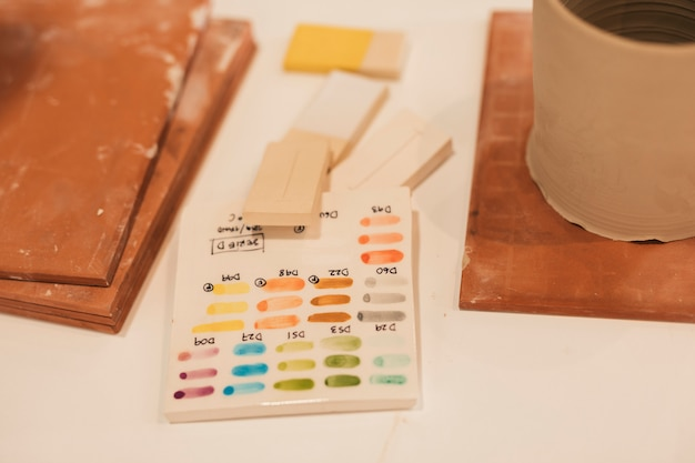 Ogólny widok kolorowych szkliwionych próbek ceramicznych płytki na stole
