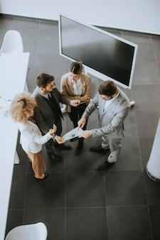 Ogólny widok na grupę wieloetnicznych ludzi pracujących razem w biurze