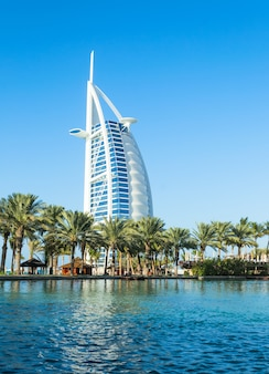 Ogólny widok pierwszego na świecie siedmiogwiazdkowego luksusowego hotelu burj al arab