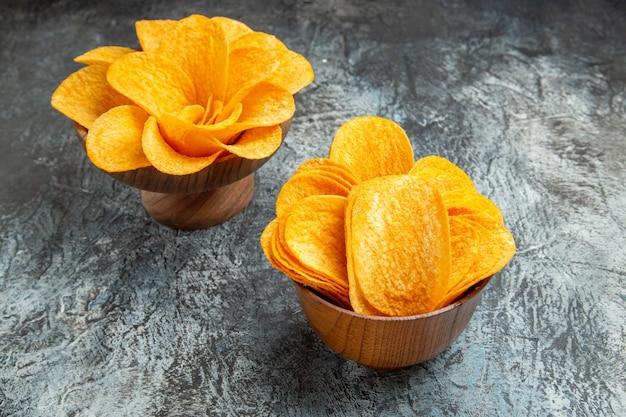Ogólny widok pysznych domowych chipsów ziemniaczanych na szarym stole