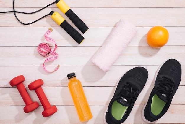 Ogólny widok stanika sportowego i sprzętu sportowego w kolorze różowym, koncepcja zdrowego stylu życia z miejscem na kopię