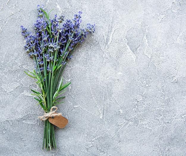 Ogólny widok wiązki świeżych kwiatów lawendy z pustym tagiem na betonowej powierzchni