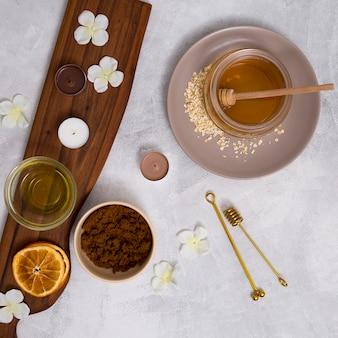 Ogólny widok ziołowych kosmetyków na białym tle tekstury