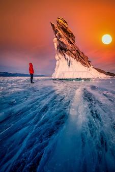 Ogon wyspy ogoy z naturalnego łamania lodu o zachodzie słońca w jeziorze bajkał, syberia, rosja.
