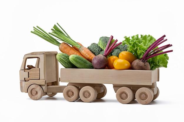 Ogórki, marchew, buraki, brokuły, sałata, żółte pomidory w ciężarówce