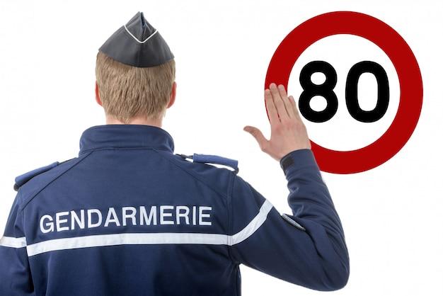 Ogranicz prędkość przy 80 km / h, francuski policjant na poboczu drogi