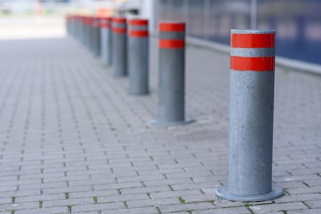Ograniczające kolumny na parkingu samochodowym