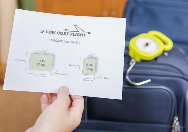Ograniczenia bagażowe tanich linii lotniczych i bagaż gotowy do ważenia z balansem w tle steel