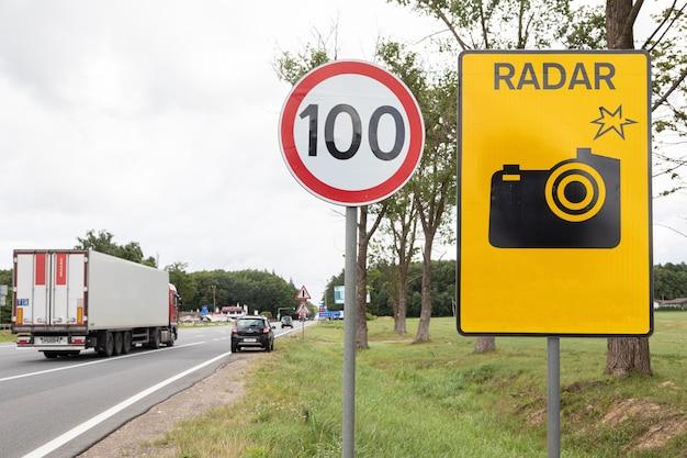 Ograniczenie prędkości znaku drogowego sto kilometrów