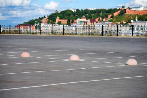 Ogranicznik parkowania półkul betonowych. ochrona przed parkingiem. elementy ograniczające dostęp do strefy parkowania i kontrolujące ruch pojazdów