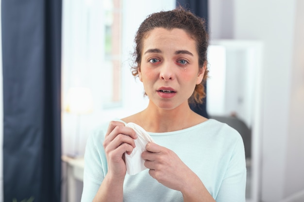 Ograniczony do choroby. młoda kobieta budująca karierę czuje się zdenerwowana niezdolnością do wykonywania obowiązków zawodowych i samorealizacji z powodu zachorowania na grypę