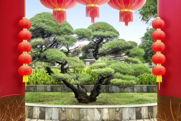 Ogród i drzewa z wiszącą latarnią