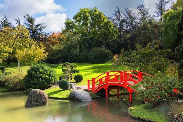 Ogród japoński w słoneczny dzień. dzielnica compans caffarelli. toulouse. francja