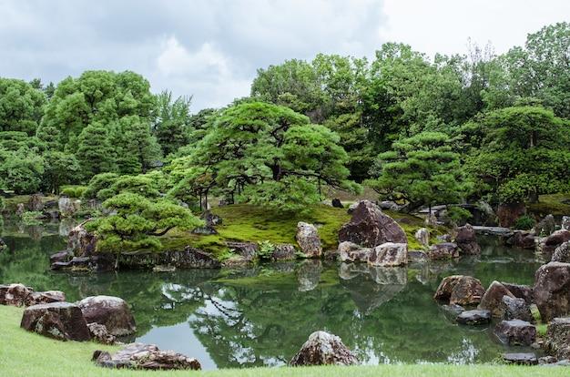 Ogród japoński ze spokojnym stawem
