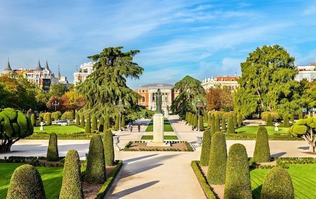 Ogród parterre w parku buen retiro w madrycie, hiszpania
