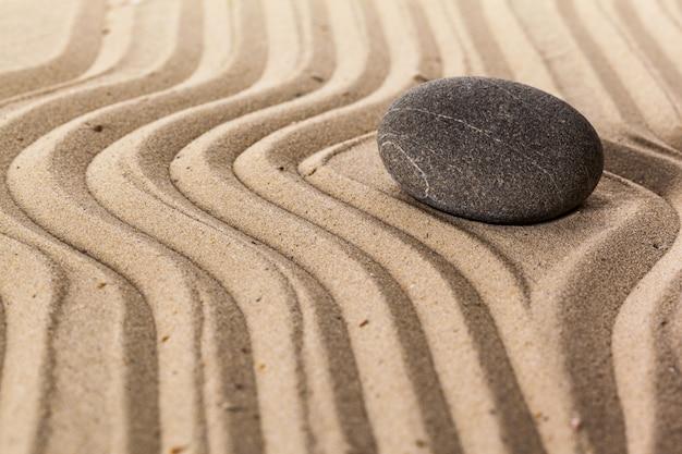 Ogród zen z kamieniem do medytacji