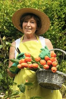 Ogrodnik kobieta z kwiatami