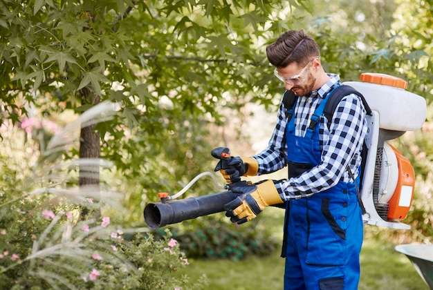 Ogrodnik korzystający z nowoczesnego sprzętu ogrodniczego
