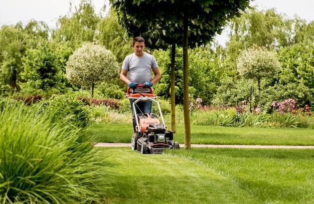 Ogrodnik koszący trawnik. projektowanie krajobrazu.