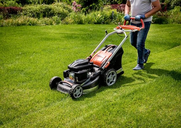 Ogrodnik koszący trawnik.