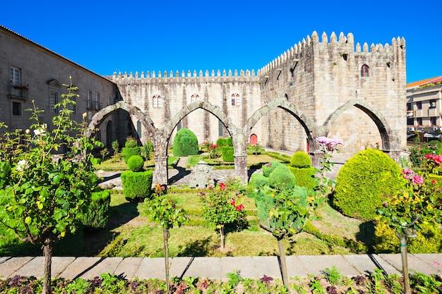Ogrody santa barbara z zamkiem braga, portugalia