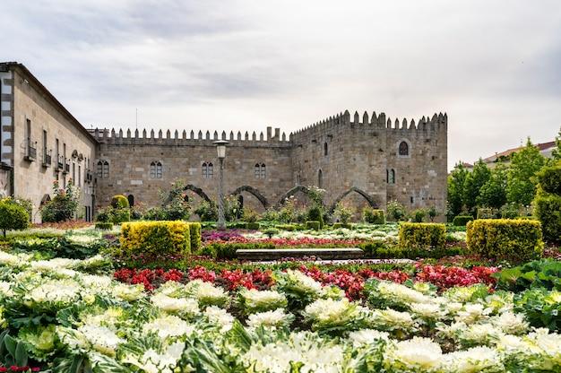 Ogrody santa barbara ze średniowiecznym pałacem arcybiskupów w bradze w portugalii.
