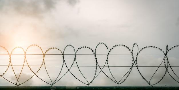Ogrodzenie bezpieczeństwa więzienia. ogrodzenie ochronne z drutu kolczastego.