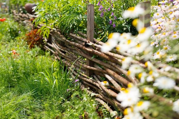 Ogrodzenie gospodarstwa utkane z gałęzi ogrodzenia kwietnika