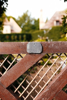 Ogrodzenie prywatnego domu z pustą plakietką lub metką. pojęcie prywatności. własność prywatna.