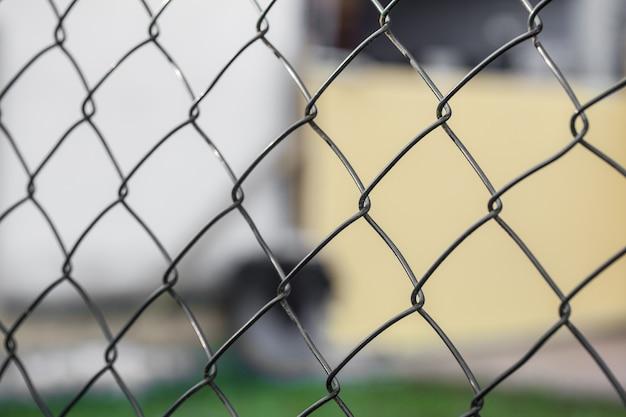 Ogrodzenie z drutu (cyklonowe ogrodzenie) w powtarzających się wzorach