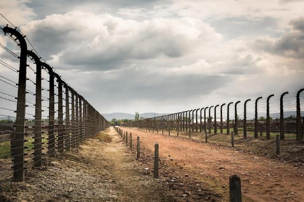 Ogrodzenie z drutu kolczastego w dwóch rzędach, niemiecki obóz koncentracyjny auschwitz ii, polska.