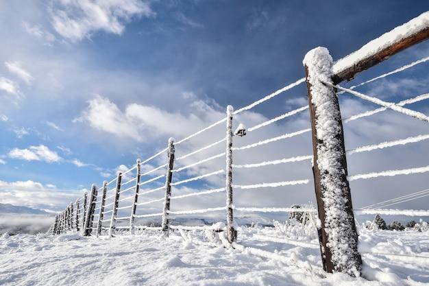 Ogrodzenie z drutu ze śniegiem i lodem, patagonia.