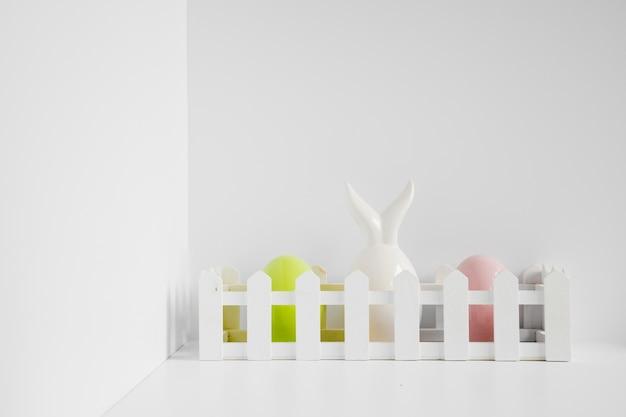Ogrodzenie z jajami i figurką zająca