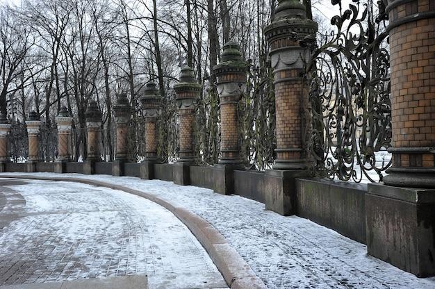 Ogrodzenie z kutego żelaza w ogrodzie michajłowskiego, sankt petersburg, rosja