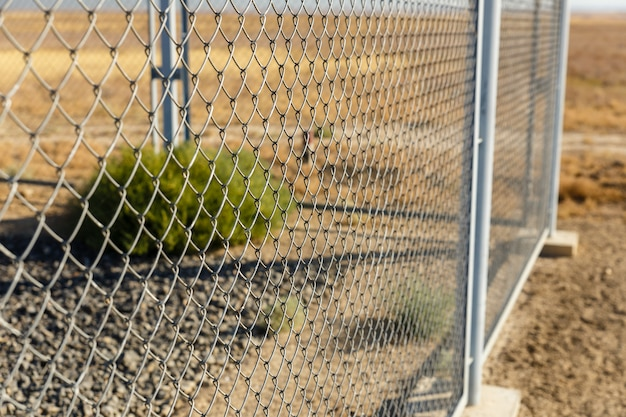 Ogrodzenie z ogniwa łańcucha, metalowe ogrodzenie z drutu lub stalowa siatka