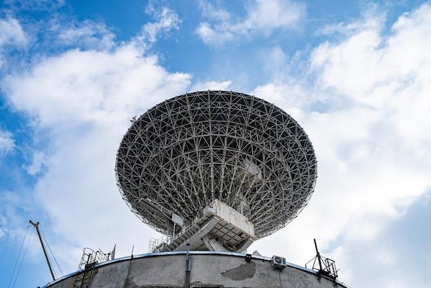 Ogromna Antena Satelitarna Do Komunikacji I Odbioru Sygnału Z Planety Ziemia. Obserwatorium Poszukujące Sygnału Radiowego W Kosmosie O Zachodzie Słońca. Premium Zdjęcia