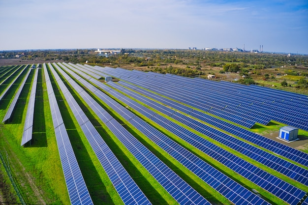 Ogromna elektrownia słoneczna wykorzystująca energię słoneczną na malowniczym zielonym polu na ukrainie