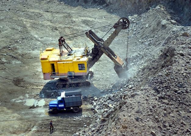 Ogromna koparka i ciężarówka na kamieniołomie granitu