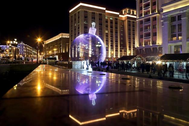 Ogromna kula bożonarodzeniowa pod kolorowymi światłami w centrum moskwy. rosja