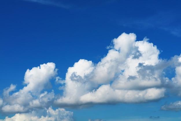 Ogromna kupa czystego błękitnego nieba biała chmura jesienią i światło słoneczne lśniące w dzień