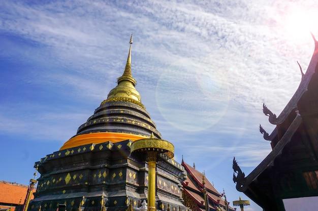Ogromna pagoda i złota buddyjska świątynia sztuki lanna w wat phra that lampang luang jest cenna ze starożytnymi sztukaterią datowaną na ponad 1300 lat.