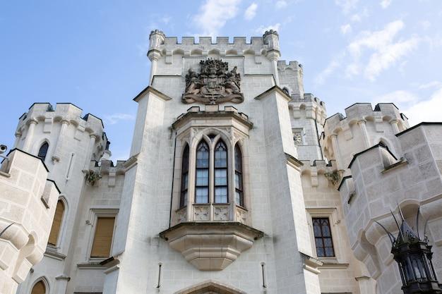 Ogromna ściana budynku z wysokimi gotyckimi oknami na zamku w pradze