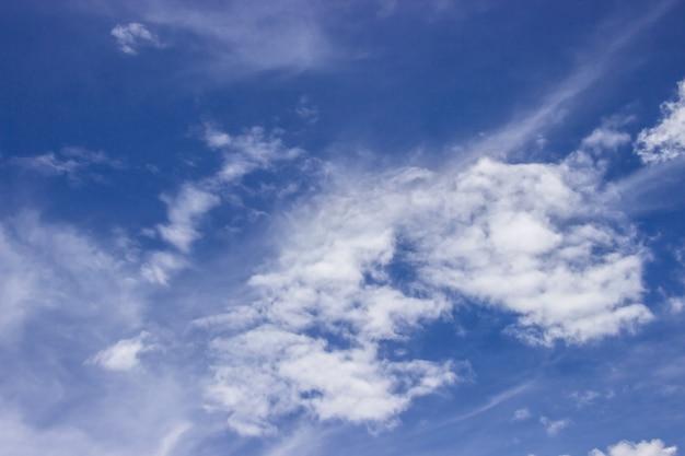 Ogromne błękitne niebo jest jasne i piękne białe chmury na tle.