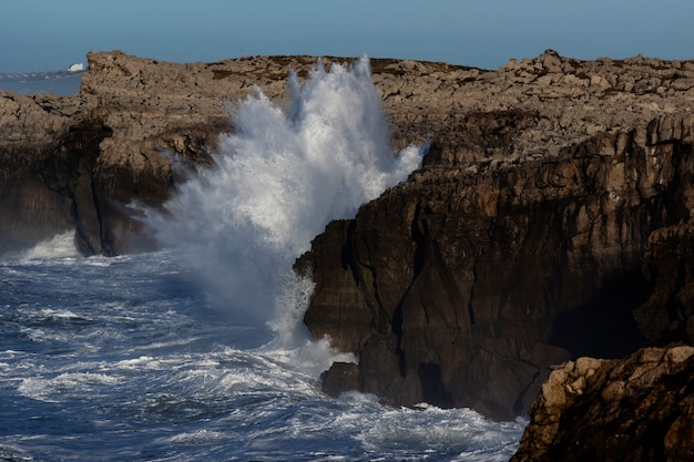Ogromne fale uderzające w klif i eksplodujące w kantabrii w północnej hiszpanii