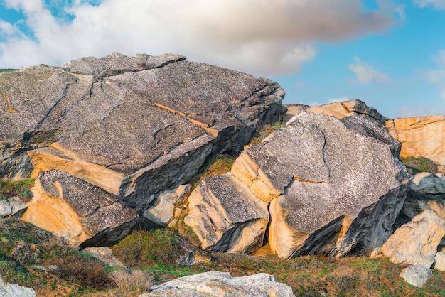 Ogromne głazy w górach