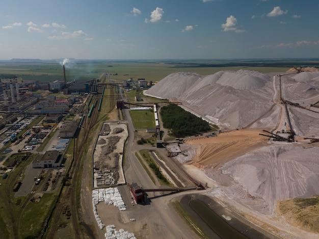 Ogromne góry składowisk skał płonnych podczas wydobywania potażu