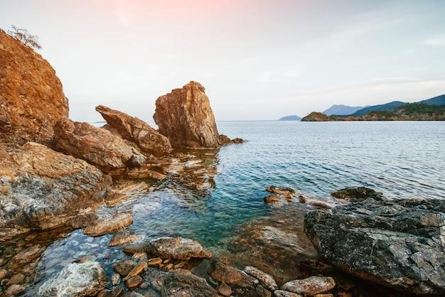 Ogromne skały, skały i skały wzdłuż wybrzeża.