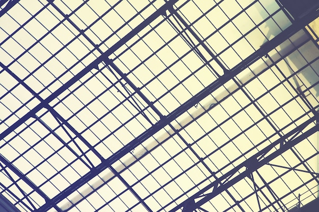 Ogromne vintage okno dachowe - przemysłowe tło architektoniczne. filtrowany obraz w stylu retro