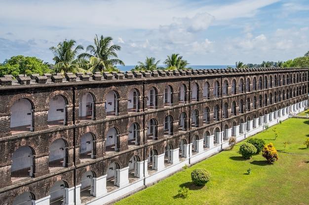 Ogromne więzienie w porcie blair, widok z góry. muzeum brytyjskiej okupacji wysp andamańskich. dziedziniec i fasada głównego budynku więzienia